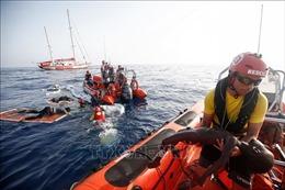 Nhiều người di cư nhảy xuống biển từ tàu cứu hộ Open Arms