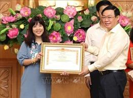 Ban Biên tập tin Kinh tế (TTXVN) nhận Bằng khen của Thủ tướng Chính phủ về công tác điều hành giá
