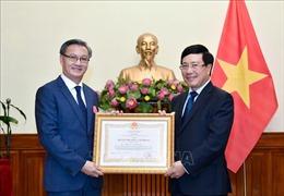Trao tặng Huân chương Lao động hạng Nhất cho Đại sứ Lào tại Việt Nam