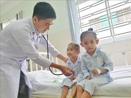 Phẫu thuật, cứu sống hai bé song sinh mắc bệnh tim hiểm nghèo