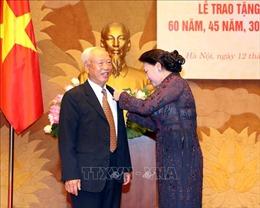 Chủ tịch Quốc hội dự lễ trao tặng Huy hiệu 60 năm, 45 năm, 30 năm tuổi Đảng