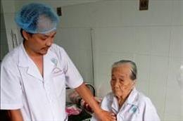 Phẫu thuật lấy gần 1kg sỏi bàng quang cho cụ bà 84 tuổi