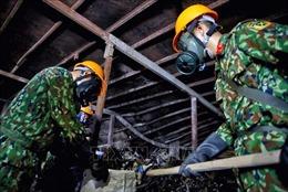 Lực lượng Quân đội phối hợp quan trắc, tẩy độc tại Công ty Rạng Đông