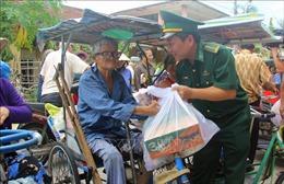 Ấm áp tình người trong những túi gạo, thùng mì tôm gửi đến làng phong Quy Hòa