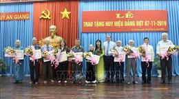Trao Huy hiệu Đảng cho các đảng viên cao tuổi Đảng tại An Giang