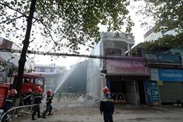 Lửa ngùn ngụt, khói bốc cao hàng chục mét từ đám cháy trong khu dân cư đông đúc