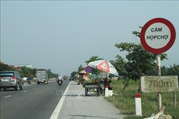 Có biển cấm vẫn bán hàng trên Quốc lộ 1A, đoạn qua Hà Tĩnh