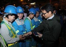 Công nhân công ty Môi trường Đô thị Hà Nội được Phó Thủ tướng Vũ Đức Đam 'lì xì' trong tối 30 Tết