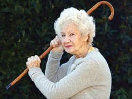 Cụ bà 92 tuổi bắn chết con trai vì định đưa mẹ vào nhà dưỡng lão