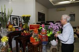Tổng Bí thư, Chủ tịch nước Nguyễn Phú Trọng thắp hương tưởng niệm nguyên Tổng Bí thư Nguyễn Văn Linh