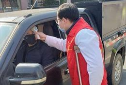 Bác sĩ Trung Quốc chống nạng ra tiền tuyến chống 'giặc' Corona