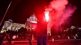 Người biểu tình xông vào trụ sở Quốc hội Serbia phản đối lệnh phong tỏa COVID-19