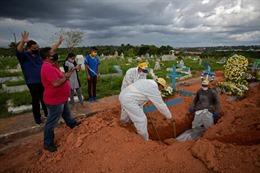 COVID-19 tới 6 giờ 1/5: Thế giới gần 3,2 triệu ca tử vong; Ấn Độ và Brazil thành tâm dịch mới