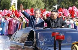 Video hàng nghìn người hô vang 'Thống nhất' khi xe chở ông Kim Jong-un, Moon Jae-in đi qua