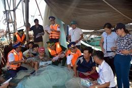 Phát tờ rơi tuyên truyền về tác hại của ma túy tới người dân Quảng Ninh