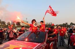 Xuất hiện pháo sáng của các cổ động viên cổ vũ đội tuyển Việt Nam