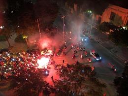 Cổ động viên đốt pháo sáng trên một số tuyến phố Thủ đô
