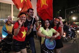 Du khách nước ngoài 'quẩy' mừng chiến thắng của tuyển Việt Nam