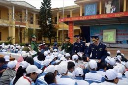 Cảnh sát biển tuyên truyền pháp luật cho ngư dân Kiến Thụy