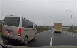 Tạm đình chỉ công tác lái xe biển kiểm soát quân sự đi lùi trên cao tốc