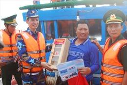 Cảnh sát biển đồng hành với ngư dân huyện đảo Cồn Cỏ