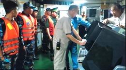 Bắt giữ tàu sang mạn dầu trái phép trên biển