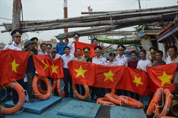 Tuyên truyền Luật Cảnh sát biển Việt Nam và tặng quà cho ngư dân nghèo