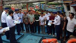 Cảnh sát biển chung tay cùng ngư dân gỡ 'thẻ vàng' của EC