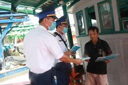 Cảnh sát biển tặng quà cho ngư dân bị ảnh hưởng bởi COVID-19