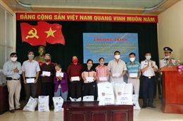 Cảnh sát biển tặng quà cho ngư dân có hoàn cảnh khó khăn bị ảnh hưởng bởi dịch COVID-19