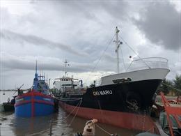 Cảnh sát biển bắt giữ tàu nước ngoài sang mạn dầu trái phép