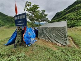Các chốt Bộ đội Biên phòng ngập nước căng mình chống dịch COVID-19 và mưa lũ