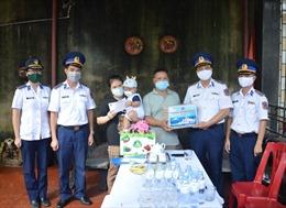 Cảnh sát biển thăm, tặng quà gia đình cán bộ, nhân viên y tế trên tuyến đầu chống dịch COVID-19