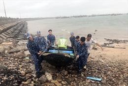 Bộ Tư lệnh Vùng Cảnh sát biển 1 giúp ngư dân huyện đảo Bạch Long Vĩ chống bão số 7