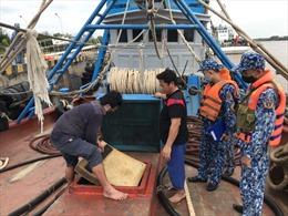 Bộ Tư lệnh Vùng Cảnh sát biển 4 bắt giữ tàu chở dầu không rõ nguồn gốc
