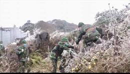 Bộ đội biên phòng căng mình chống dịch COVID-19 trong băng giá