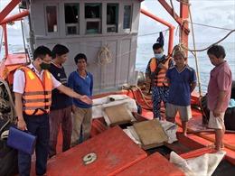 Cảnh sát biển bắt giữ tàu vận chuyển trên 70.000 lít dầu DO trái phép
