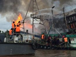Bộ đội biên phòng Bến Tre tham gia chữa cháy tàu cá giúp ngư dân