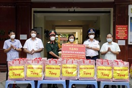 BTL Cảnh sát biển và BTL Thủ đô trao quà cho nhân dân bị ảnh hưởng bởi COVID-19