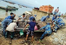 Cảnh sát biển giúp ngư dân huyện đảo Bạch Long Vĩ khắc phục, đối phó với 2 cơn bão