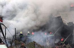 Cháy lớn khu nhà cấp 4 dưới chân cầu Bình Lợi