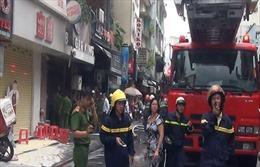 Giải cứu kịp thời 2 cụ già trong đám cháy ở phố Bùi Viện