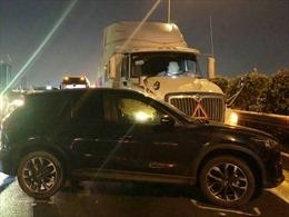 Xe container va chạm ô tô 5 chỗ chắn ngang đường cao tốc, giao thông tê liệt