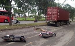 Hai xe máy va chạm, một phụ nữ bị xe container cán tử vong