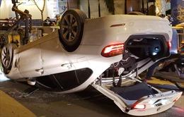 Giải cứu tài xế ô tô tông dải phân cách lật ngửa giữa đường