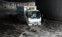 Hầm chui Mỹ Thủy ngập sâu trong nước, nhiều ô tô chết máy