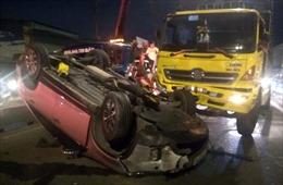 Xe tải húc ô tô 7 chỗ lật ngửa, 4 người thoát chết la hét cầu cứu
