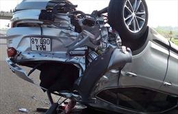 Bị xe Phương Trang tông lật ngửa trên cao tốc, 3 người trong xe ô tô 4 chỗ la hét cầu cứu
