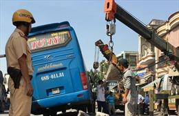 Xe khách tông dải phân cách, hàng chục người trên xe hoảng loạn