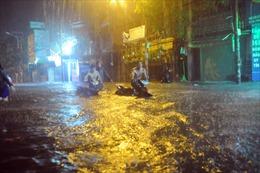 Bão số 9: Đường ngập sâu hàng mét, người dân TP Hồ Chí Minh bì bõm dắt xe trong đêm